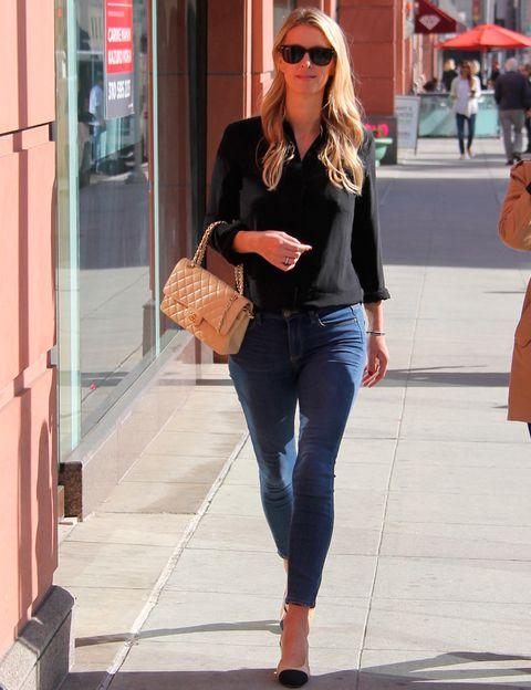 <p><strong>Nicky Hilton</strong> combina básicos como una camisa negra y unos vaqueros con accesorios de <strong>Chanel</strong>.</p>