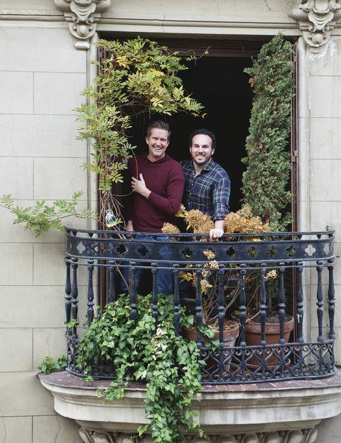 <p>Francisco Javier Alcain Lafite y Patrick Fransen posan en el frondoso balcón de su casa de finales del XIX en el centro de Madrid.&nbsp&#x3B;</p><p>&nbsp&#x3B;</p>