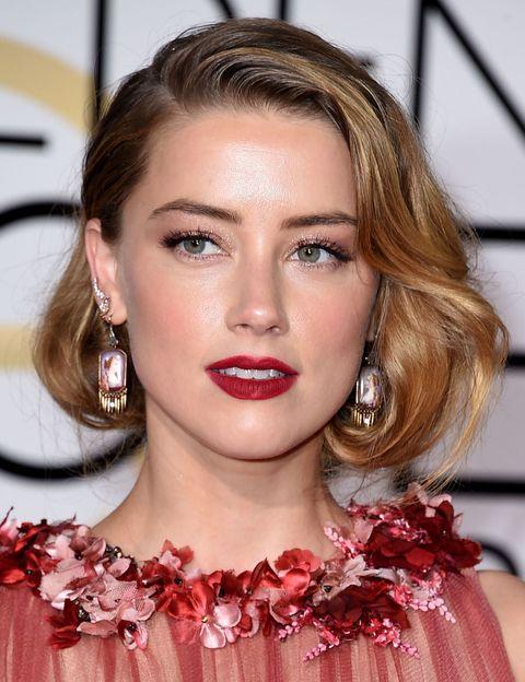 <p>Nos dejó sin palabras en los Globos de Oro, <strong>Amber Heard</strong> optó por un falso Bob<strong> rojo oscuro mate</strong> y sobra 'glitter' con un discreto delineado. Perfecto para un evento o fiesta de largo.&nbsp;</p>