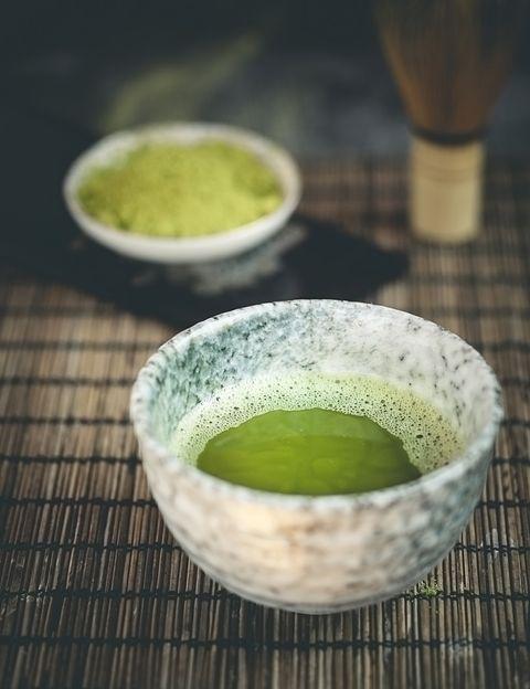 """<p>Según Larrea, <strong>una taza de té Matcha equivale a 10-20 veces los antioxidantes del té verde</strong>. """"La catequina (EGC) es el antioxidante presente en el té verde y lo que le ha proporcionado tan buena fama, ya que se sabe que es particularmente potente en la lucha contra los radicales libres (partículas reactivas que nos hacen envejecer y enfermar)"""", explica.""""El galato de epigalocatequina (EGCG) resulta ser la catequina más beneficiosa encontrada en el té. De hecho, un estudio indica que el EGCG <strong>es de 25 a 100 veces más potente que las vitaminas antioxidantes C y E</strong>"""", dice. """"Este estudio también informó de que tan solo una taza de té verde tiene más efectos antioxidantes que una porción de brócoli, espinaca, zanahorias o fresas. De hecho, según Larrea, el té Matcha contiene <strong>hasta 17 veces más antioxidantes que la mora azul</strong> y más betacarotenos que la zanahoria.&nbsp&#x3B;</p><p>&nbsp&#x3B;</p>"""