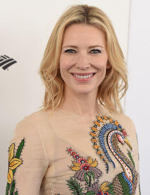 """<p>Cate Blanchett ha tenido una carrera impresionante. Dos Oscar, tres Globos de Oro y tres BAFTA son solo algunos de los premios que ha recibido en su vida.</p><p>Ahora, la actriz está esperando triunfar en otro papel: es la nueva Embajadora de Buena Voluntad de la ONU. Cate ayudará a ampliar la conciencia sobre la actual situación de los refugiados.</p><p>Hablando acerca de este 'nuevo trabajo', la actriz de 46 años dijo: """"Estoy muy orgullosa de asumir este papel. No ha habido nunca un momento más crucial para estar junto a los refugiados y mostrar solidaridad. Estamos viviendo una crisis sin precedentes, y debería ser una responsabilidad compartida en todo el mundo"""".</p><p>""""Es como si estuviéramos en una bifurcación: ¿vamos a coger el sendero de la compasión o el de la intolerancia? Como madre, quiero que mis hijos elijan el de la compasión. Hay mucha más oportunidad, hay mucho más optimismo y la solución se encuentra en ese sendero"""".</p>"""