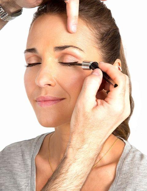 """<p>El primer paso es aplicar <strong><a href=""""http://www.lancome.es/es_ES/maquillaje/ojos/delineadores-y-lapices-de-ojos/grandiC38994se-liner/A00118-LAC.html#start=3&amp&#x3B;cgid=L3_MakeUp_Eyes_Eyeliners_And_Eye_pencils"""" target=""""_blank"""">Grandiôse Liner de Lancôme</a></strong> en tono marrón para un acabado natural. Su aplicador flexible puede curvarse y esto permite dibujar un trazo definido de forma rápida y sencilla. Además, su punta fina permite realizar una línea pegada a las pestañas, algo perfecto si buscas un look natural para el día.</p>"""