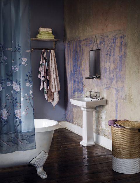 """<p>Ideal el desconchón <i>style</i> en un baño romántico y vintage, como éste con espejo, cortinas y accesorios, de lo último de M&amp;S Home. <a href=""""/edicion/gallery/726901/(offset)/markandspencer.com"""" target=""""_blank"""">markandspencer.com</a></p>"""