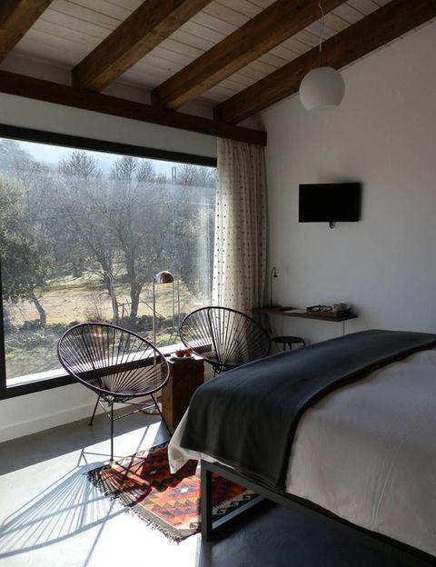 """<p>Es el típico destino que está circulando de boca en boca y se está haciendo famoso a pasos agigantados: es el primer hotel calificado como 'agrochic'. En plena naturaleza, <a href=""""http://www.el-hotelito.es/"""" target=""""_blank"""">El Hotelito</a> se encuentra en Navaluega (Ávila) y en el valle entre las estribaciones de Gredos y la sierra de Ávila. Admiten perros pero con suplemento (15 €), y cualquier otro tipo de mascotas siempre que se realice una petición previa.</p>"""