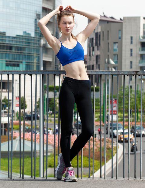 """<p>Según <a href=""""http://www.salonnoeliajimenez.es/"""" target=""""_blank"""">Noelia Jiménez</a>, <strong>lo mejor para hacer deporte es llevar el pelo recogido</strong>. """"Con ello cuidarás de tu pelo y estarás más cómoda"""", dice. La experta te propone las opciones más cómodas y chic. <strong>Coleta alta.</strong> """"La coleta es la opción la &nbsp;mejor sienta. Es una manera rápida, cómoda y sencilla de evita pelos en la cara. Si optas por esta opción, recomiendo <strong>usar un fijador para mantener cada pelo a raya</strong>. No debe ser muy tirante para no quebrar el cabello"""". <strong>Trenza de espiga o trenza con cola de caballo.</strong> """"Para un look algo más sofisticado"""". <strong>Moño efecto mojado.</strong> Para que te olvides completamente del pelo. """"Para elegir el peinado se deberá tener en cuenta la longitud del pelo. Así, si es el cabello largo se tendrá que hacer una coleta, una trenza o un moño, mientras que <strong>si es el pelo corto, bastará con una banda deportiva y horquillas</strong>"""", apunta Jiménez.</p><p>&nbsp;</p>"""