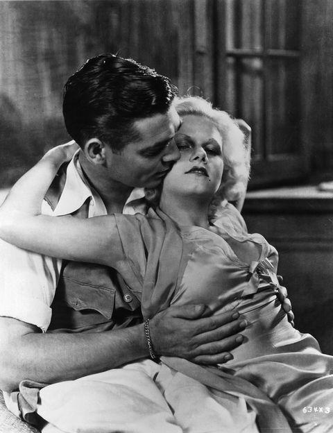 <p>Esta actriz de Kansas fue un auténtico mito sexual en los años 30, y uno de sus picos de éxito lo tuvo en 'Tierra de pasión' (1932), el filme que compartió con Clark Gable y del que, a pesar de ser la esposa de uno de sus empleados, acababa enamorándose. El vestido que lucía en esta escena causó impacto porque no llevaba sujetador.</p>