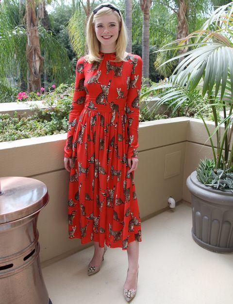 <p><strong>Elle Fanning</strong> nos divierte y nos conquista a partes iguales esta semana con este look con vestido rojo con dibujos de gatitos de <strong>Dolce & Gabbana</strong>. Le añade un plus con sus salones joya en nude y su diadema negra.</p>