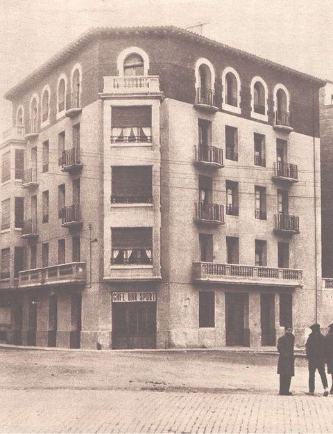 """<p>Un caso que llegó a ser muy mediático en su tiempo: en septiembre de 1934 comenzaron a oirse risa extrañas en un edificio de la calle Gascón de Gotor, en Zaragoza. Dos meses después, una sirvienta acude asustada a su señora para decirle que del hornillo de la cocina salen voces. Cuando acude la señora y cierra la portezuela, se oye con toda claridad: """"¡Ay, qué daño!"""". ¿Había un duende en la chimenea? Acudieron a la vivienda videntes, policía, guardia civil... para intentar investigar el misterio. ¿De dónde provendría la voz? ¿Algún vecino querría gastar bromas inmiscuyéndose en las conversaciones?</p>"""