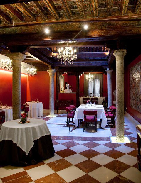 """<p>Es uno de los mejores restaurantes de la ciudad, pues <a href=""""http://www.grupoadolfo.com/restaurante/"""" target=""""_blank""""><strong>Adolfo</strong></a> cuenta con dos preciados soles Repsol. Entre las paredes de esta antigua casona judía del siglo XIV podemos disfrutar de una extensa y variada carta en la que lo más importante es la calidad del producto y el buen trato de éste. Sus salones decorados con estucos venecianos y telares son perfectos para acompañar su cocina creativa con sus exquisitos vinos, pues cuentan con una gran bodega entre la que destaca su propio vino Pago del Alma.</p><p>Hombre de Palo, 7.</p>"""