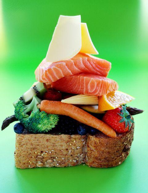 <p>Como nos explica Fradj, existen dos categorías de proteínas, las animales y las vegetales. <strong>Las fuentes de proteínas animales son las carnes rojas, la carne de aves</strong>, pescado, marisco, huevos o quesos cocidos. Y las fuentes de proteinas vegetales las legrumbres, los cereales, los champiñones, las algas, los frutos secos y semillas. &quot;<strong>Es fundamental comer proteinas en cada comida</strong> y deben aportarnos los ocho aminoácidos esenciales. La falta de un solo aminoàcido es suficiente para dar lugar a una malnutricion proteínica&quot;, explica. <strong>Estos ocho aminoácidos están presentes en las proteinas animales</strong> pero no lo íntegramente en las vegetales, por lo que es necesario de hacer buenas asociaciones, como las de legumbres y cerales.</p><p>&nbsp;</p>