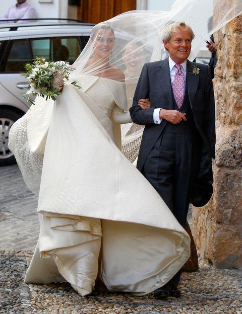 <p>El viento logró captar imágenes tan divertidas como ésta de<strong> Lady Charlotte</strong> del brazo de su padre <strong>Charles Wellesley, Duque de Wellington</strong>. En esta foto también se ven los zapatos de la novia, de color verde.</p>