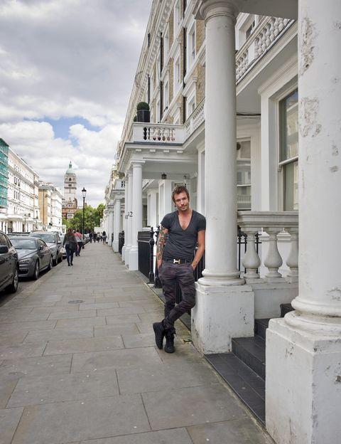 <p>Posa en la fachada de su casa, un antiguo edificio de estilo eduardino ubicado en el céntrico barrio londinense de Kensington.</p><p>&nbsp;</p>
