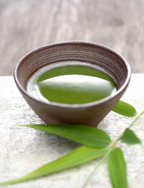 """<p>¿No tomas té porque te resulta demasiado estimulante? Según Larrea, """"la -L-teanina, un aminoácido presente casi únicamente en la planta de té camellia sinesis, <strong>produce un estado de calma, relajación y claridad mental; y dicho aminoácido contrarresta el efecto estimulante</strong> de la teína"""". Además, según esta nutricionista, este té tiene un gran contenido en clorofila, lo que fomenta la desintoxicación.</p><p></p>"""