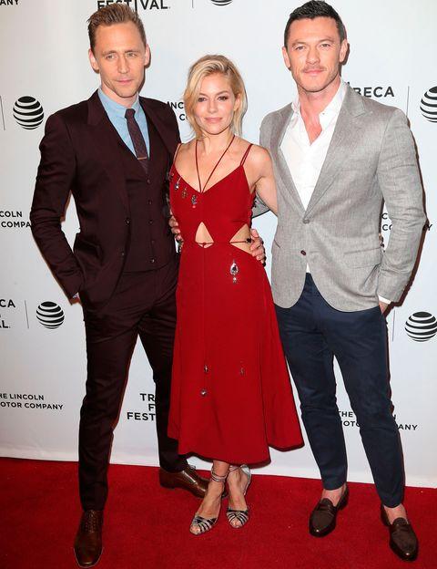 <p><strong>Tom Hiddleston, Sienna Miller y Luke Evans</strong> posando juntos durante la premiere de 'High-Rise'.</p>