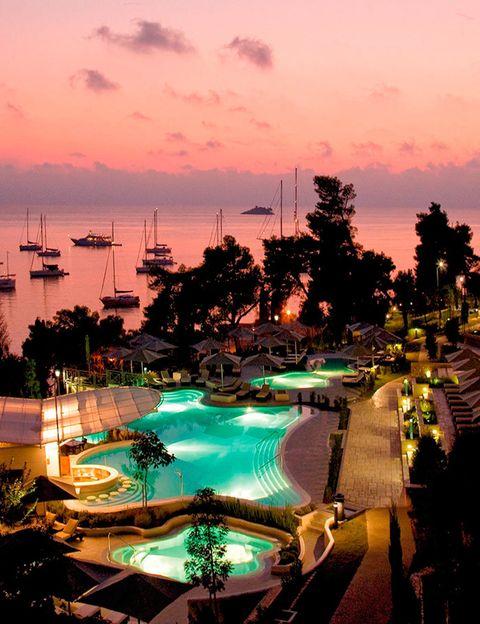 <p>El pueblecito costero de <strong>Rovinj</strong> está lleno de calles empedradas y pequeños bares con vistas al agua. Justo en las afueras está el elegante <strong>Monte Muilini</strong>, con 113 habitaciones con vistas al mar y a esta fabulosa piscina.</p>