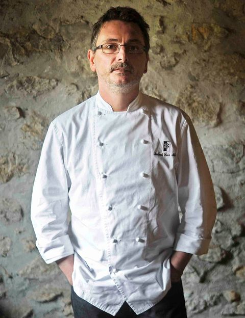 """<p><strong>Chef de Mugariz (dos estrellas Michelin)</strong></p><p>&quot;Mi favorita es la de <strong>El Kasino de Lesaka</strong>, en Navarra, porque es jugosa, la proporción de patata con cebolla y pimiento verde es perfecta, el tostado de la patata le da un carácter especial y esta cuajada increíblemente bien&quot;.</p><p> <i>Restaurante Kasino Lesaka</i><br /> <i>Plaza Zaharra, 23</i><br /> <i>Lesaka (Navarra)</i><br /><i><a href=""""http://www.kasinolesaka.com"""" target=""""_blank"""">www.kasinolesaka.com</a></i></p>"""