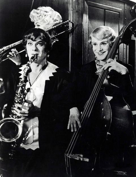 <p>Empezamos por uno de los momentos más divertidos de la comedia clásica del cine: Jack Lemmon y Toni Curtis disfrazados de mujeres en <strong>'Con faldas y a lo loco'</strong> (Billy Wilder, 1959). Lo hacen para escapar de los gángsters, tras asistir a un tiroteo, y se integran en una orquesta de mujeres en gira cuya cantante es la inolvidable Marilyn Monroe.</p>