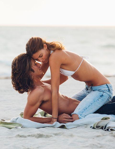 <p>Si el agua del mar tiene su encanto, el sexo durante la noche sobre la arena de la playa y con el ruido del mar de fondo es algo que puede resultar indescriptible. A pesar de que la arena entre por todos los rincones, sí.</p><p>&nbsp&#x3B;</p>