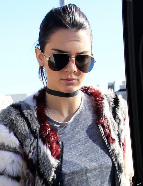 <p>Es el collar de moda y como no podía ser de otra manera <strong>Kendall Jenner</strong> lo luce en su versión más básica, de color negro.&nbsp;</p>