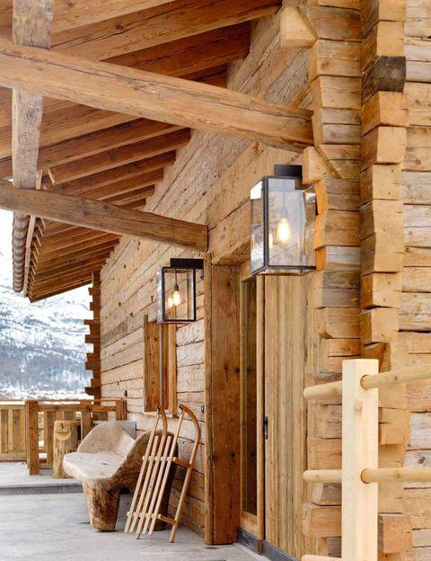 <p>El chalet Les Anges está ubicado en la exclusiva zona de Petit Village, de Zermatt. El exterior está revestido de madera y piedra.</p>