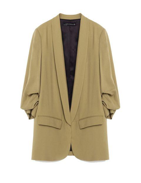 <p>Un traje siempre es una buena inversión, porque lo puedes reutilizar junto o por separado. Chaqueta de Zara (59,95 €).</p>