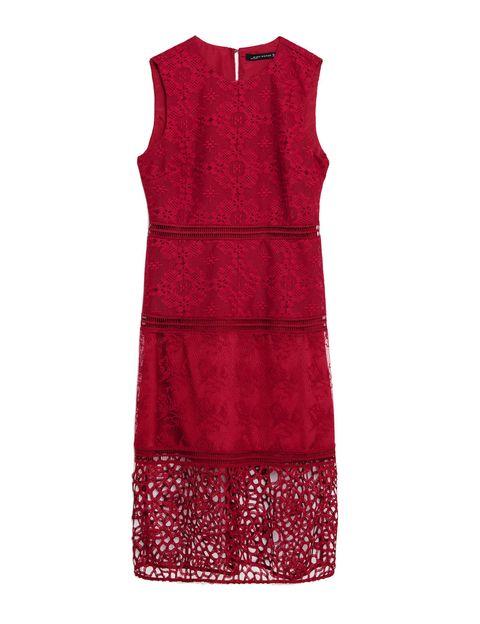<p>Vestido burdeos con detalle de guipur de Zara (49,95 €).</p>