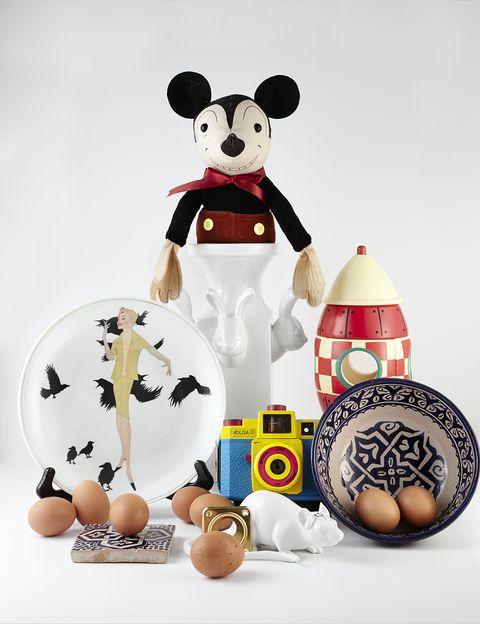 <p>Uno de los diseños más conocidos de Abraham Menéndez es el plato de cerámica <i>The Birds</i>, 30 €, inspirado en la película homónima de Hitchcock.</p>