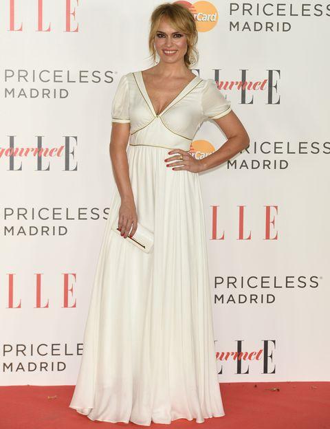 <p><strong>Patricia Conde</strong>, con vestido blanco de diseño propio para <strong>Dándara</strong>, bolso de<strong> Yliana Yepez</strong> y joyas de <strong>Yanes</strong>.&nbsp;</p>