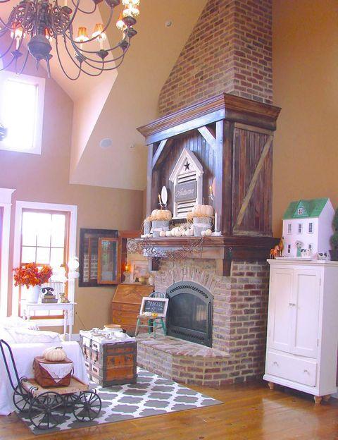 <p>Cuando la blogger Ruthann Winan diseñó su casa hace 10 años, quería crear un espacio confortable. La chimenea, como no, era uno de los básicos. Se acompaña de un baúl, herencia familiar, que hace de mesa de centro. </p>