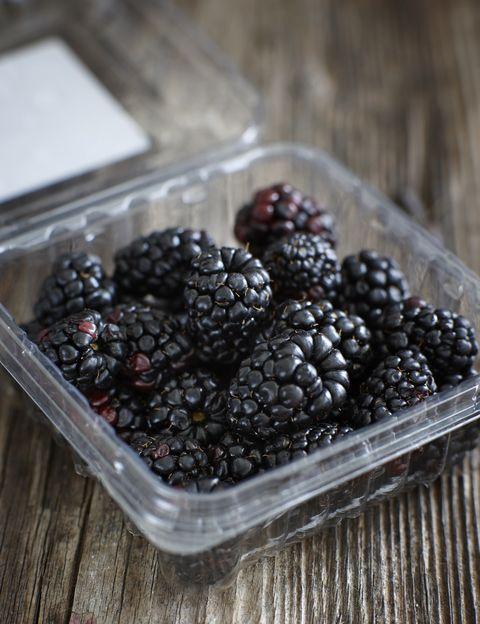 """<p>A media mañana y por la tarde es el momento ideal para consumir nuestra ración de dos piezas de fruta al día. <strong>""""La fruta fresca no se come al final de la comida sino ½ hora antes o 3 horas</strong> después, esto evita la digestión pesada"""", dice Fradj. Y, según esta experta, mejor ecológica o del productor local y de temporada. <strong>Psst. En primavera que no falten en tu bolso &nbsp;kiwis, manzanas, fresas</strong>, ruibarbo, albaricoque o frambuesa. """"La fruta fresca aporta los nutrientes que nuestro organismo necesita para funcionar correctamente y tener energía"""", dice.</p><p>&nbsp;</p>"""