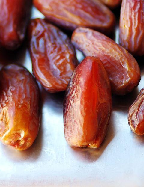 """<p>""""Los frutos secos (higos, dátiles, uvas pasas, albaricoques secos, ciruelas pasas) <strong>son buenos snacks porque se transportan fácilmente</strong>"""", dice la experta de The Green Shelters. Según Fradj &nbsp;se trata de auténticas dosis concentradas de <strong>energía gracias a sus micronutrientes y su aporte de azúcares saludables</strong>. """"Al contrario que la fruta fresca, contienen muy poca agua y son más calóricos: 100 gramos contienen así aproximadamente de 200 a 300 calorías. Pero, según Fradj se trata de """"buenas calorías"""" y pueden formar parte de nuestra alimentación diaria. <strong>Psst. Esta nutricionista te aconseja tomar frutas secas cuando hagas deporte</strong> (durante y después) porque te proporcionan """"carburante"""" de forma rápida y facilitan la recuperación. Sólo tienes que tener cuidado de no pasarte: <strong>1 o 2 dátiles o ciruelas pasas, unas 10 uvas pasas</strong> son suficientes.&nbsp;</p><p>&nbsp;</p>"""