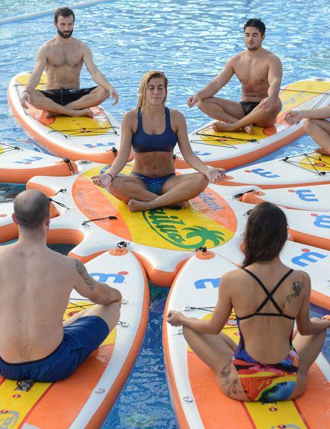"""<p><strong>Esta divertida y original actividad combina yoga, pilates y fitness sobre una tabla</strong>. La clase perfecta para hacer un buen entreno de fuerza con tu propio peso corporal y además trabajar la flexibilidad y agilidad de los músculos, superar dolores musculares, mejorar la postura del cuerpo o reducir el estrés y mejorar la coordinación. <strong>Se practica sobre una mesa de Stand Up Paddle (SUP) en la piscina</strong>, sobre la que tendrás que realizar movimientos de pilates y yoga. Psst. El esfuerzo y los resultados se triplican porque, sobre el agua, <strong>tendrás que hacer un esfuerzo extra para mantener el equilibrio sobre la tabla</strong>&nbsp;en el agua, lo que también fortalece aún más los músculos de la parte central del cuerpo. <a href=""""http://www.dir.cat/es"""" target=""""_blank"""">dir.es</a></p><p>&nbsp;</p>"""