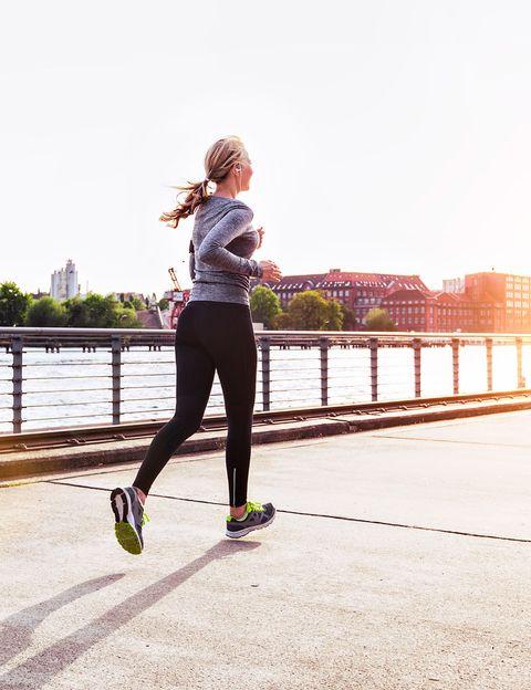<p>Si quieres apuntarte al running pero te cuesta mucho correr, no tires la toalla. <strong>Sólo tienes que hacer 5 kilómetros semanales para conseguir resultados</strong>. Esta es la conclusión de un nuevo estudio publicado en <i>The Journal of Sports Medicine and Physical Fitness</i>, que afirma que <strong>para perder peso no hace falta correr muchos kilómetros</strong>. Durante un año, los investigadores hicieron un seguimiento a 538 corredores novatos y se dieron cuenta que los que corrían unos 5 kilómetros semanales y además cuidaban su dieta (comiendo más ensaladas y vegetales), fueron los que más grasa perdieron.</p><p>&nbsp;</p>