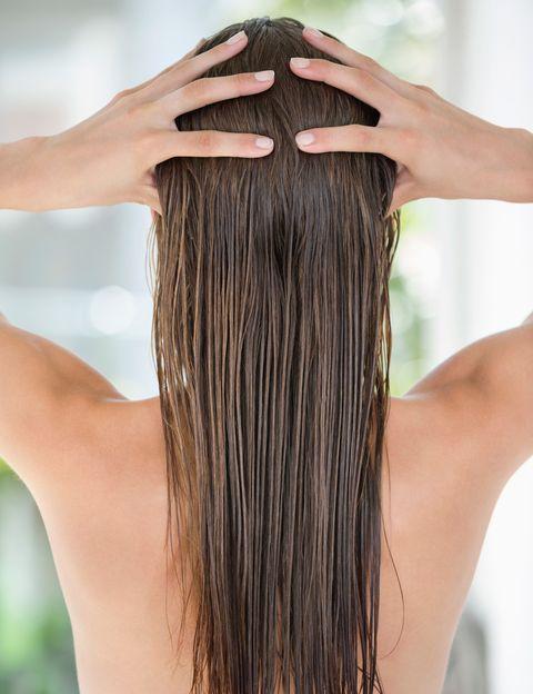 """<p>""""Los masajes capilares son ideales para de estimular el crecimiento de un cabello saludable, pero también es una técnica de relajación"""", dice la estilista Noelia Jiménez, propietaria del salón que lleva su nombre (O'Donnel, 9. Madrid), antes regentado por el conocido Michel Meyer, su mentor y maestro. """"Cuando hablamos de masajes pensamos automáticamente en los corporales, pero con los masajes capilares conseguimos movilizar la piel del cuero cabelludo para propiciar una mejor y más fluida circulación sanguínea para que los folículos se alimenten y crezca un cabello sano"""", explica. Esta estilista nos cuenta las técnicas que tú misma puedes emplear para masajearte el cabello en casa.</p><p></p>"""