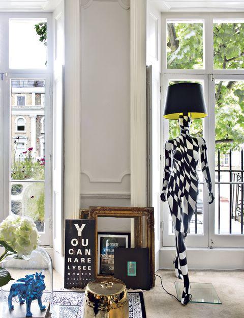 <p>Que se convierten en obras únicas, así son los ambientes que decora Jimmie Martin. Como ejemplo, la lámpara <i>Op-art Graphic Catwalk</i> en el salón, del propio diseñador.</p>