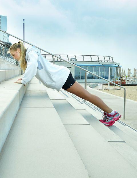 <p><strong>Las flexiones son uno de los mejores ejercicios para tonificar</strong> la musculatura de los brazos. Pero si haces todos los tipos que te proponemos, el resultado será espectacular.</p><p><strong>Flexiones clásicas.</strong> Colócate con las manos apoyadas bajo los hombros y las rodillas en el suelo. Que tu espalda forme una línea recta desde la cabeza hasta la cadera. <strong>Baja acercando el pecho al suelo</strong> hasta que los codos estén en línea con los hombros. Si aun con rodillas te sigue resultado demasiado duro, prueba a apoyar las manos en un escalón o en la pared.</p><p><strong>Flexiones de tríceps.</strong> Colócate en la misma posición pero baja con los codos hacia atrás y pegados a las costillas.</p><p><strong>Flexiones con balón.</strong> Colócate en la posición de flexiones pero con una mano apoyada en un balón pequeño. Haz la flexión y luego rueda la pelota hasta la otra mano.</p><p><strong>Flexiones con manos juntas.</strong> Colócate en posición de flexiones pero con las manos formando un triángulo bajo la nariz (que se toquen los índices y los pulgares). Intenta acercar el pecho al suelo.</p><p><strong>Repeticiones. </strong>Haz entre 8 y 12 repeticiones de la serie que te resulte más fácil dos días en semana. Cuando puedas completar todas las repeticiones, pasa a otra opción más dura. <strong>Cuando consigas hacer todos los tipos de flexiones, hazlas despegando las rodillas</strong> del suelo, formando una línea recta con el cuerpo desde la cabeza hasta los tales, sin elevar la cadera y con el abdomen fuerte.&nbsp;</p>