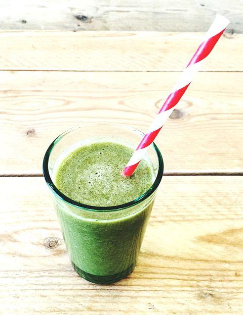 """<p>Están mucho más ricos de lo que piensas y <strong>le supondrán un """"salto de calidad"""" impresionante a tu salud y a tu línea</strong>. Si ya has adoptado la sana costumbre de hacerte un smoothie por las mañanas, sólo tienes que añadir <strong>unas hojas de espinaca, kale, berros</strong>&nbsp;o cualquier hoja verde para convertirlo en un cóctel lleno de nutrientes. Y si añades algún superfood como la spirulina, tendrás un auténtico cóctel antioxidante. <strong>Psst. El momento ideal para tomar un zumo verde es en ayunas</strong> (después de beber agua) o entre horas, para que tu organismo asimile bien todos sus nutrientes y, si es en ayunas, para que además ayude a tu estómago a segregar los jugos gástricos necesarios para ingerir comida más sólida.</p><p>&nbsp;</p>"""