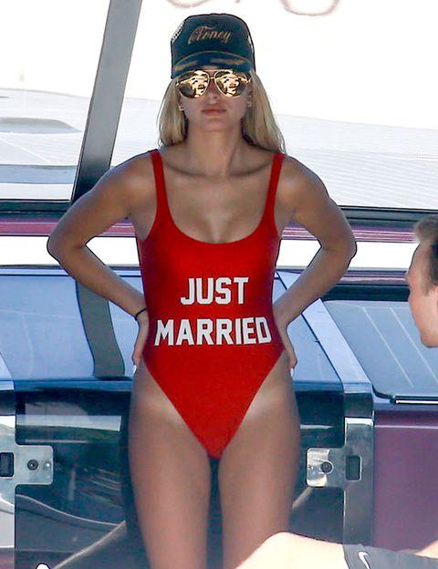<p>No sabemos muy bien que nos quiere decir <strong>Hailey Baldwin</strong> al lucir este bañador rojo al más puro estilo 'Vigilantes de la playa' con la frase: 'recién casados'.</p>