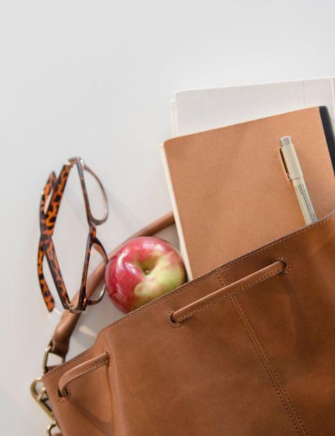 """<p>""""En alimentación sana no contamos especialmente las calorías, <strong>tenemos sobre todo en cuenta los beneficios y la calidad de los nutrientes</strong> ingeridos"""", dice Gwenaelle Fradj, experta en naturopatía de <a href=""""http://www.thegreenshelters.com/"""" target=""""_blank"""">The Green Shelters</a>. Aquí tienes sus ideas de snacks fáciles de hacer y transportar en tu bolso.&nbsp;</p><p>&nbsp;</p>"""