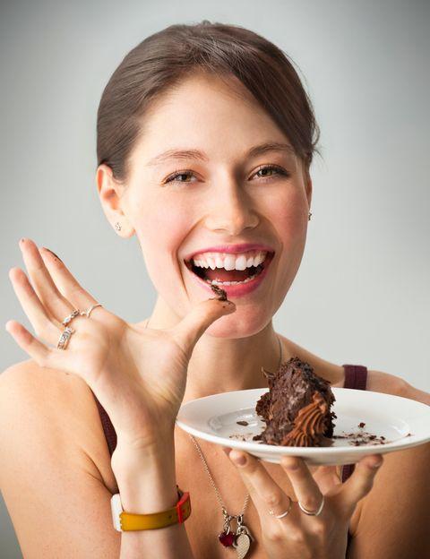 """<p><strong>¿Comer chocolate supone para ti un auténtico momento de placer?</strong> Pues intenta tomarlo negro, orgánico y sólo una onza o dos, pero no renuncies a ese instante porque, según el movimiento <strong>Food Mood, se trata de un momento de felicidad a través de un alimento.</strong>&nbsp;Y esto, como explica la nutricionista Verónic Chazín, directora de <a href=""""http://www.gobalance.es/"""" target=""""_blank"""">Go Balance</a>, tiene una base científica real, ya que """"a pesar de que el cerebro sólo representa del 2 al 3 % del total de nuestro peso, consume el 20% de la energía que obtenemos de los alimentos"""". Y, según esta experta, """"<strong>existen alimentos que intervienen en nuestra conducta y modifican el nivel de azúcar en la sangre</strong>, lo que afecta a nuestro estado mental"""". """"Además -dice Chazín- se ha demostrado que la escasez de serotonina, un neurotransmisor del sistema nervioso central, puede provocar problemas de ánimo y sueño"""". """"<strong>Si a través de la alimentación conseguimos promover la producción de endorfinas y serotoninas, las 'hormonas de la felicidad</strong>', conseguiremos conectar más con la alegría y el placer"""", subraya. Y ésta es precisamente la base del movimiento Food Mood, muy popular en USA y Japón. Según sus practicantes <strong>la alimentación puede ser un medio para lograr la felicidad si se escogen los ingredientes adecuados</strong>.&nbsp;</p><p>&nbsp;</p>"""