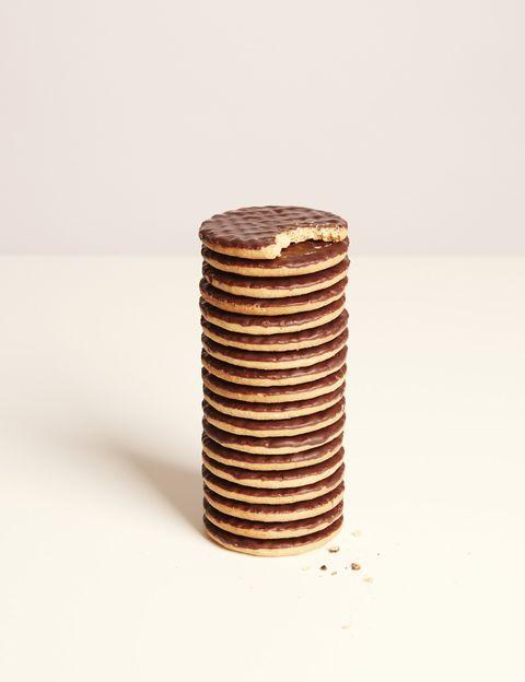 """<p>&nbsp;</p><p>Además de azúcar, muchos de estos productos bajos en grasas también <strong>suelen tener cantidades elevadas de sodio (sal) y almidón para conservar el sabor</strong>, incluso más que sus versiones normales. """"Por eso es fundamental que leas las etiquetas nutricionales y las compares con las de los productos regulares"""", dice Riolobos. En todo caso, según esta experta, <strong>""""lo mejor es consumir la menor cantidad posible de alimentos procesados, sean light o no</strong>, y decantarse por productos frescos y naturales de origen ecológico"""".&nbsp;</p><p>&nbsp;</p>"""