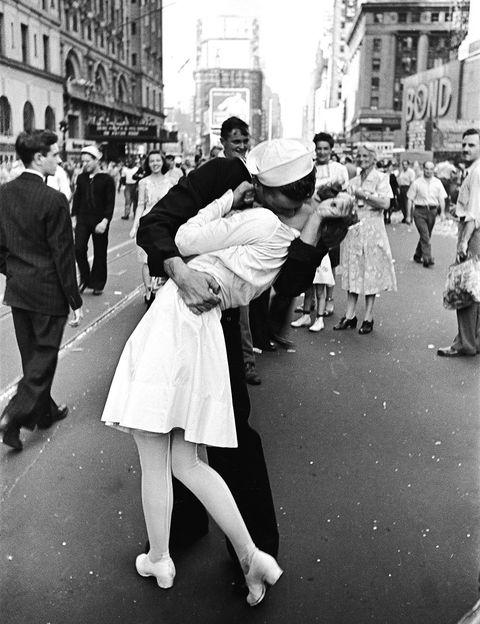 <p>El beso a medianoche es una costumbre que hemos heredado de Estados Unidos, porque empezar el año con un buen beso en los labios nos garantizará el éxito en el amor durante los 365 días siguientes.</p>