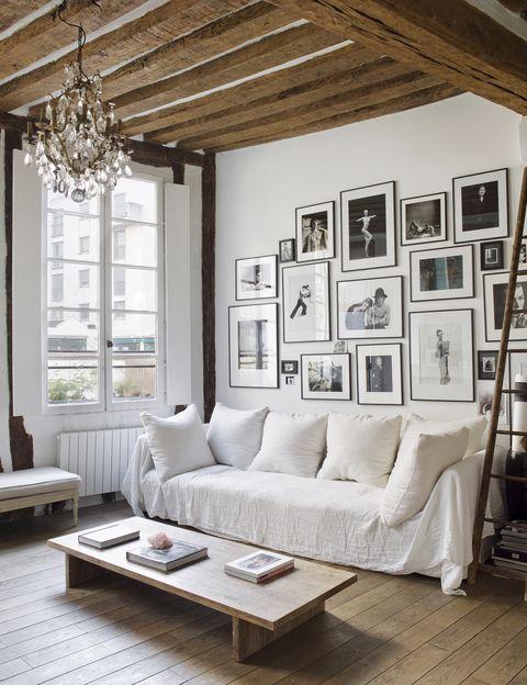 <p>La pared del salón está dominada por una composición de fotografías en blanco y negro de Matthew Brookes. Es su rincón favorito de la casa, con el sofá de Caravane donde se tumba &quot&#x3B;a soñar despierto&quot&#x3B; mientras contempla la lámpara de araña del siglo XVIII, adquirida en el Marché aux Puces de Saint-Ouen, París.&nbsp&#x3B;</p>