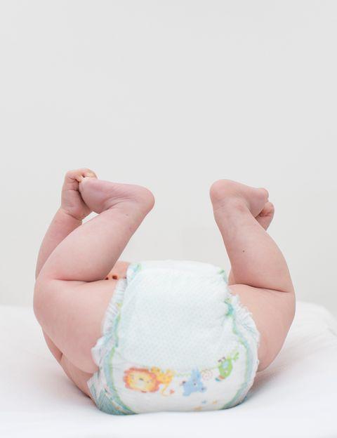 <p>El descubrimiento de Marion Donovan ha salvado la vida a varias generaciones de padres. Donovan era licenciada en Literatura Inglesa, pero su infancia la había pasado rodeada de las máquinas que creaba su padre: inventar no le resultaba extraño. Harta de lavar pañales, diseñó una cubierta del pañal que fuera impermeable, usando tela de nylon de un paracaídas. A partir de ahí, perfeccionó la fórmula en busca de materiales aislantes que además protegieran al bebé. Además de los pañales, Donovan patentó otras 20 cosas, entre ellas la jabonera que escurre el jabón y el hilo dental.</p>