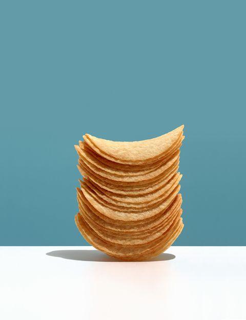 """<p>&nbsp&#x3B;</p><p>Si compras salsas light o las versiones sin grasa de otros productos, cuidado, como dice Vani Hari, la autora de <i>""""El Método Food Babe""""</i>, <strong>este tipo de alimentos envasados """"suelen estar atestados de azúcares , almidones y gomas""""</strong>, lo que hará que ingieras grandes cantidades de hidratos de carbono nocivos que pueden causar estragos en tus índices de insulina. <strong>Psst. Como dice Hari, para perder peso tampoco hay que perseguir eliminar completamente las grasas</strong> de la dieta, ya que éstas son totalmente necesarias. Lo que debes hacer es buscar alimentos que contengan ácidos grasos saludables, como los frutos secos, el aceite de oliva o el aguacate.</p><p>&nbsp&#x3B;</p>"""