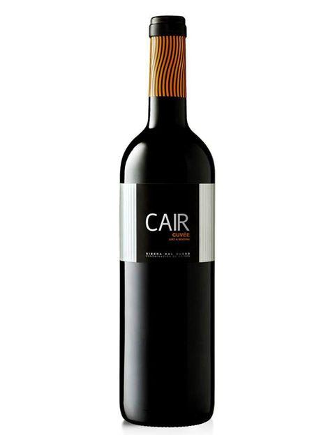 """<p><strong>Cair Cuvee</strong> es de aroma frutal con notas tostadas y especiadas, en boca aterciopelado. Este tinto de la región de Ribera del Duero es un vino fresco de una calidad excelente y que resulta la pareja perfecta de un <strong>cochinillo confitado a baja temperatura con ciruelas, pasas y orejones.</strong></p><p>&nbsp;</p><p><a href=""""http://www.lavinia.es/es/productos/dominio-de-cair-cair-cuvee-2012"""" target=""""_blank"""">Precio: <strong>8,90 €</strong>.</a></p>"""