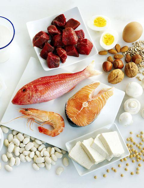 """<p>La simple digestión de los alimentos ayuda a quemar calorías, y <strong>las proteínas utilizan entre un 20 y un 30 por ciento de las calorías de la comida</strong> para poder ser digeridas, mientras que los carbohidratos sólo gastan entre un 5 y un 15 por ciento. Efectivamente, seguir una dieta alta en proteínas de calidad le supondrá un gran estímulo a tu metabolismo. &quot;<strong>Este es el principio de dietas como la Dukan, la Paleo, la Atkins o las dietas hiperproteínicas</strong>, en las que entre el 20% y el 29% de las calorías que se ingieren es a través de proteínas&quot;, dice Gwenaelle Fradj, doctora en naturopatía de <a href=""""http://www.thegreenshelters.com/"""" target=""""_blank"""">The Green Shelters</a>.&nbsp;</p><p>&nbsp;</p>"""