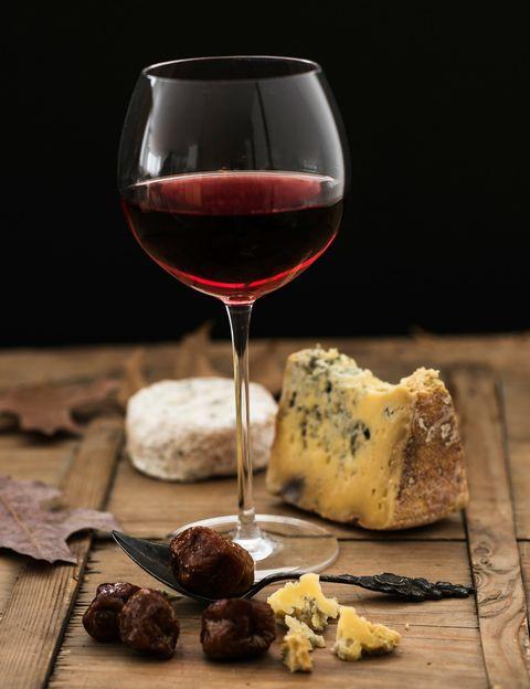 <p>Seguramente sabías que el vino tinto es una bebida antioxidante pero<strong> ¿habías oído hablar de sus propiedades quemacalorías?</strong> Según un estudio del Instituto Tecnológico de Massachusetts el consumo de vino tinto activa la función de un gen que impide la formación de nuevas células de grasa y ayuda a movilizar las existentes. <strong>Psst. El vino tinto contiene siete calorías por gramo</strong> pero en dosis moderadas y junto a una buena alimentación, puede ayudarte a controlar el peso.</p><p>&nbsp;</p>