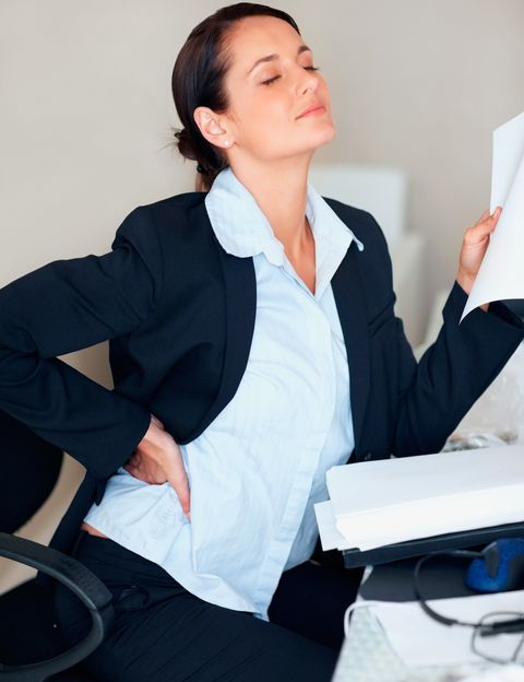 """<p>Sobre todo la silla de trabajo. """"Muchas de las lumbalgias que ocasiona esta mala práctica <strong>se solucionan simplemente acostumbrándonos a utilizar todo el asiento</strong> y apoyando la espalda en el respaldo"""", dice Corpa. Tener la silla mal regulada también influye. """"Es importante establecer una altura de la silla tal <strong>que los pies toquen con seguridad el suelo, mientras que rodillas</strong> y caderas formen un ángulo de 90 grados"""", dice la experta"""".</p><p>&nbsp;</p>"""