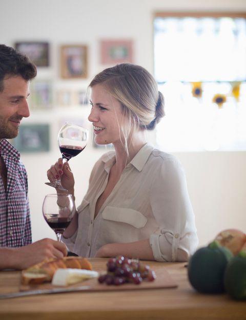 <p>Unos 70 estudios demuestran que el consumo moderado de vino <strong>mejora el funcionamiento del cerebro y, en pequeñas cantidades, previene la demencia</strong>. La razón es la elevada presencia de antioxidantes en su composición, lo que reduce la inflamación, impide que las arterias se endurezcan e inhibe la coagulación, mejorando el riego sanguíneo.</p><p>&nbsp;</p>
